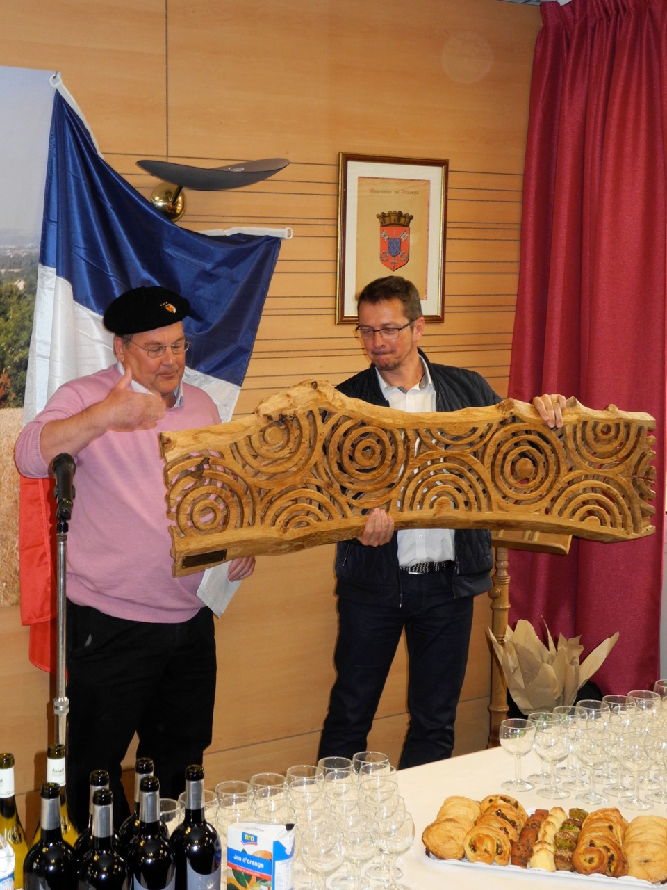 John Graham presents Keith Pettit's sculpture to Juziers' mayor, Philippe Ferrand